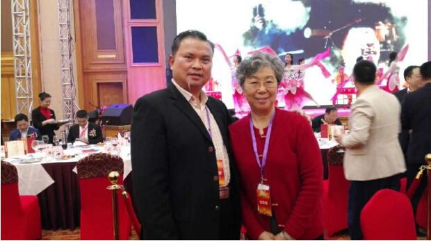 稳达时手表工厂鼓表创始人唐飞雁与钟表配套市场董事长高淑英合影